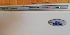 Почему в холодильнике Atlant горит красная лампочка «внимание»: причины сигнала, что делать для устранения неисправности