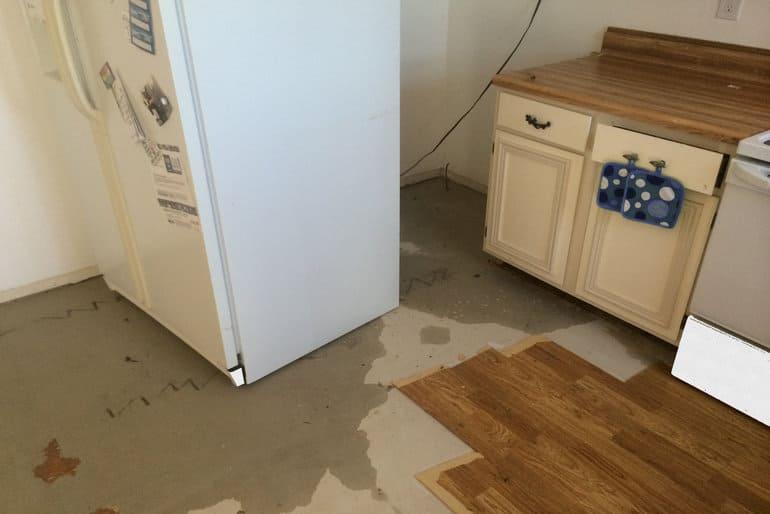 Почему течет холодильник и что делать