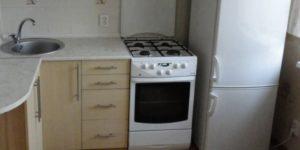 Можно ли ставить холодильник рядом с газовой плитой на кухне: какое минимальное расстояние должно быть