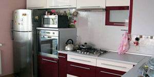 Можно ли ставить холодильник рядом с встроенным духовым шкафом или микроволновкой