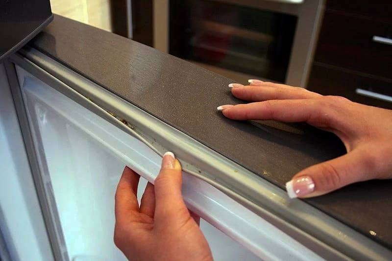Повреждённый уплотнитель в холодильнике